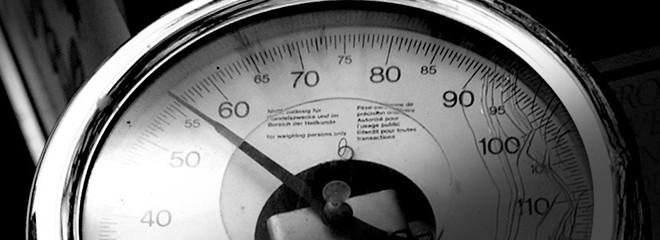 Imagen en blanco y negro de una báscula antigua como forma de control de la pérdida de peso