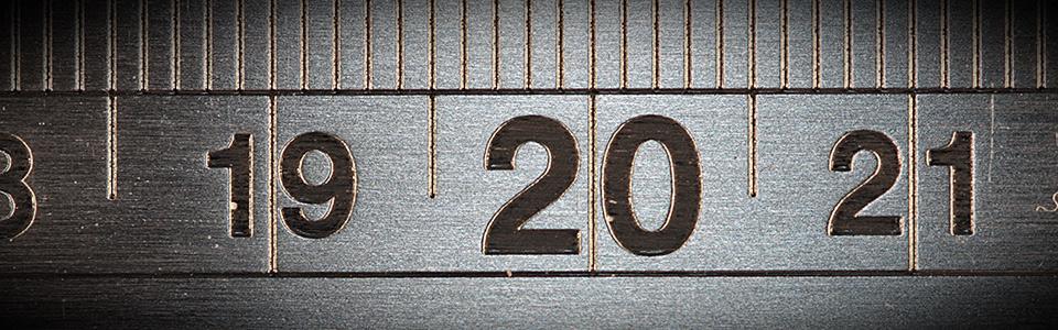 Imagen en blanco y negro de una regla que mide en centímetros