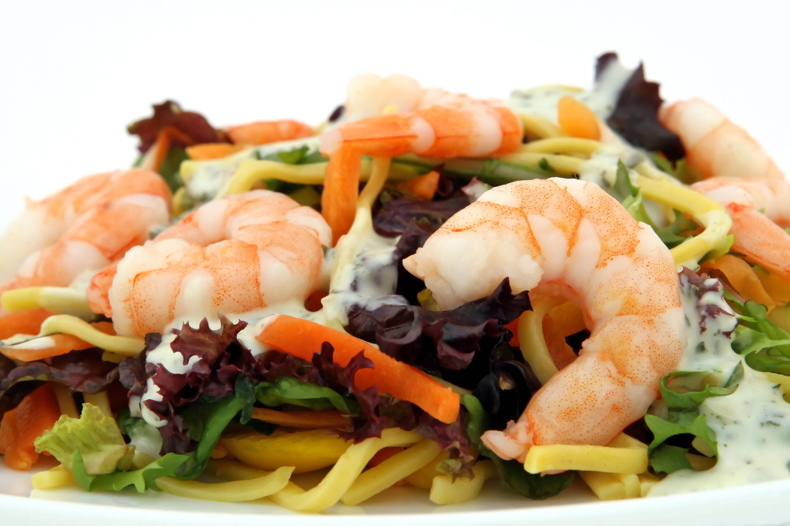 Imagen en color de un plato de comida que contiene proteínas, verduras e hidratos de carbono