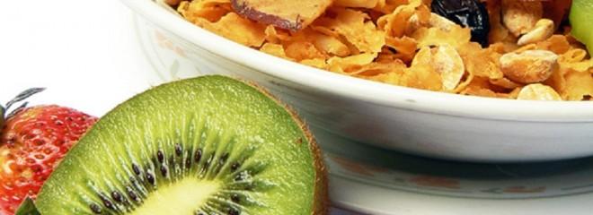 Imagen de un tazón de cereales con fruta variada