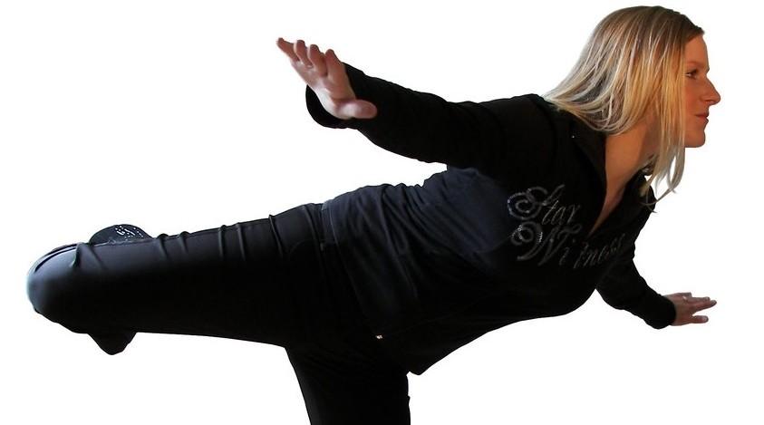 Imagen de una mujer haciendo ejercicios de equilibrio