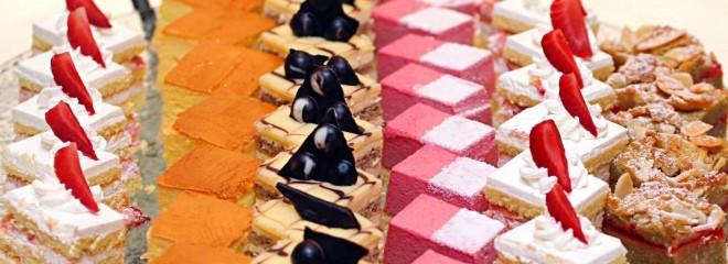 Imagen en color de diferentes dulces ordenados en filas