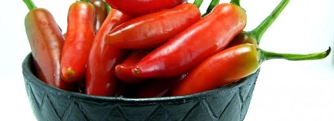 Imagen de un cuenco color negro que contiene pimientas rojas picantes