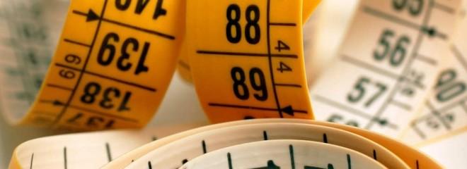 Imagen de una cintamétrica enrollada de color naranja