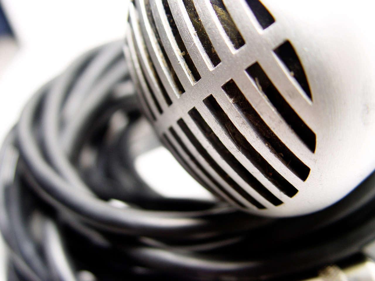 Imagen en blanco y negro de un micrófono de radio antiguo