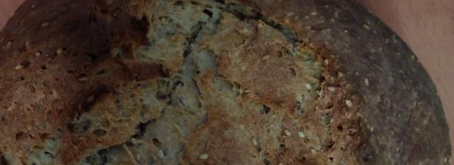 Imagen a color de una corteza de pan rústico