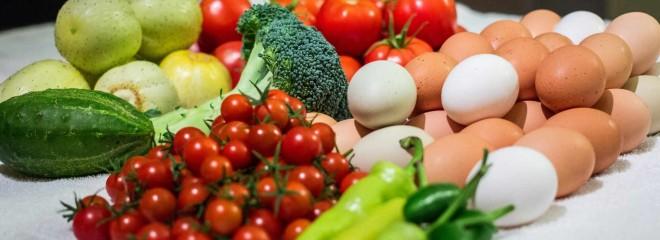 Imagen a color de verduras frescas y huevos