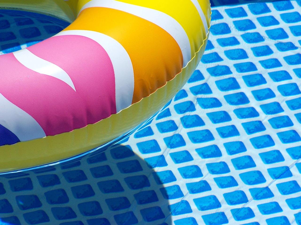 Flotador de colores en piscina