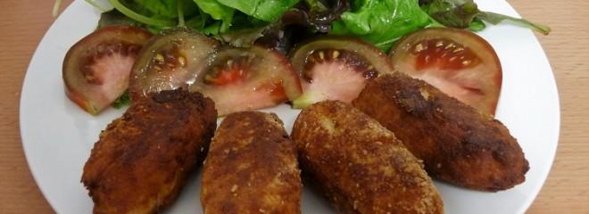Plato de croquetas de jamón con ensalada