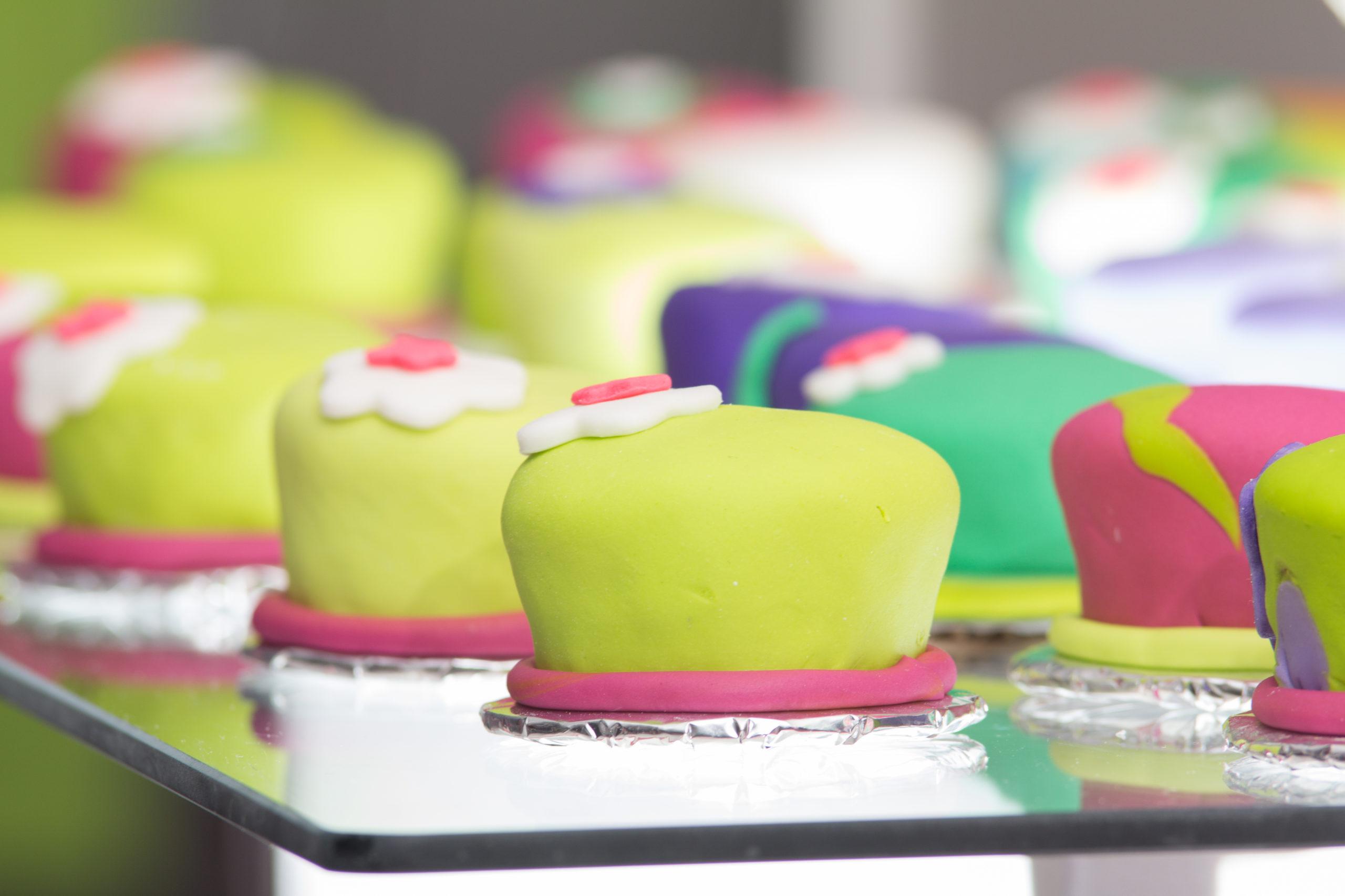 Expositor con dulces pequeños y variados de aspecto delicioso