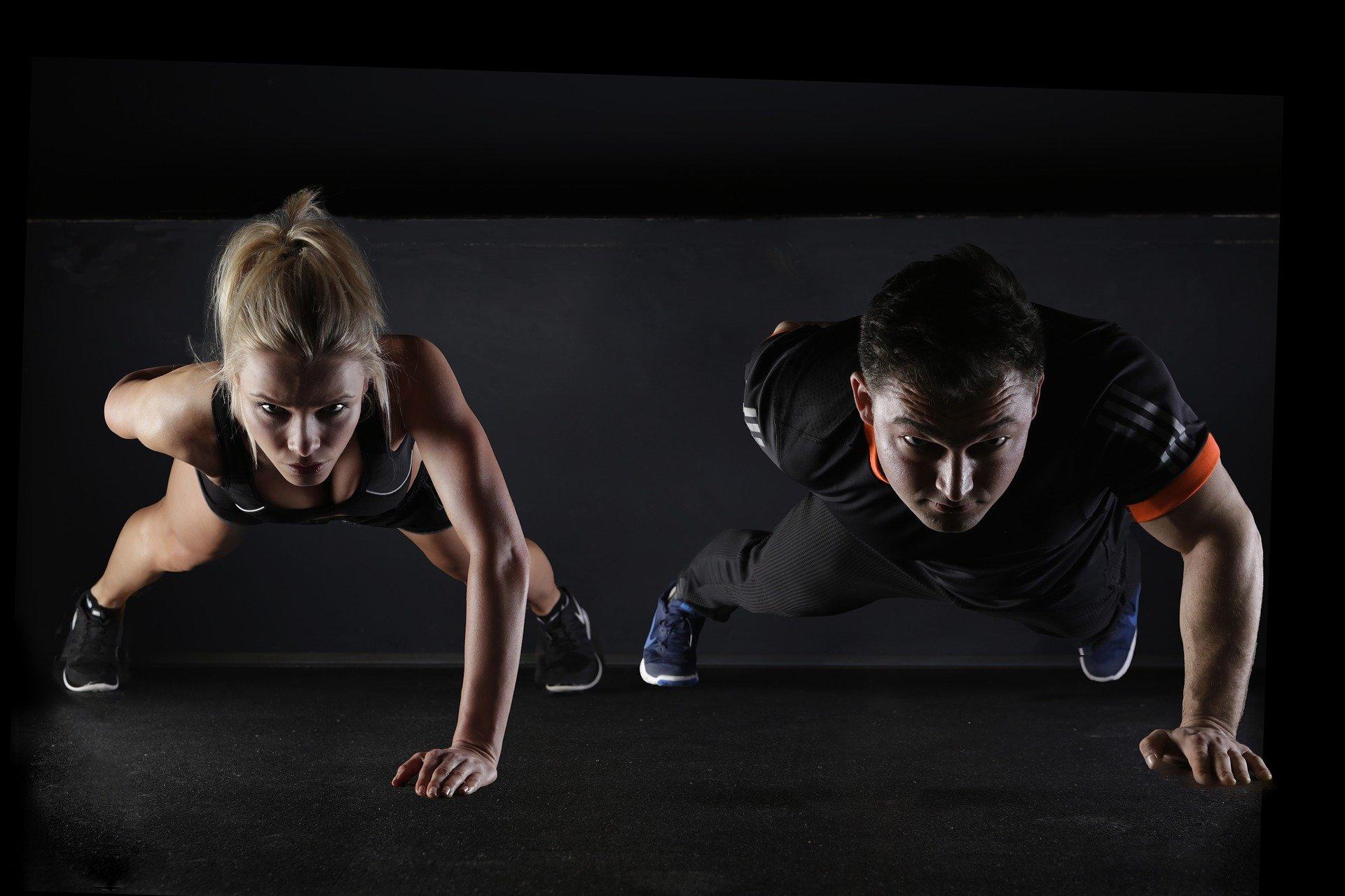 Una pareja haciendo flexiones