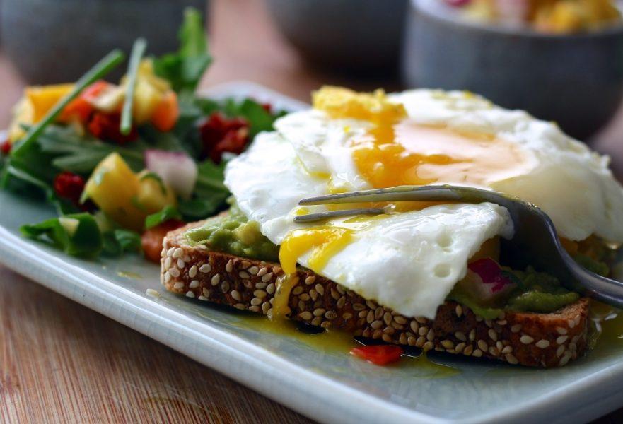 Imagen de una tostada de pan integral con un huevo pochada
